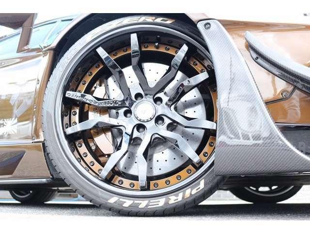 ホイールはSKYFORGED S209 ホイール装備!!タイヤレターはホワイト!!タイヤはピレリFr255/30R20 Rr355/25R21