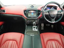 インテリアは8方向電動調整式フロントシート、カーボンインテリアトリム、シートヒーター、ヴェンチレーションが装備され、スポーティーな走りの楽しみと快適性を両立。