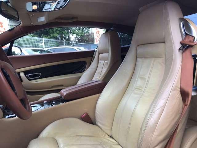 運転席シートきれいな状態です、経年による擦れはありますが良いコンディションです。