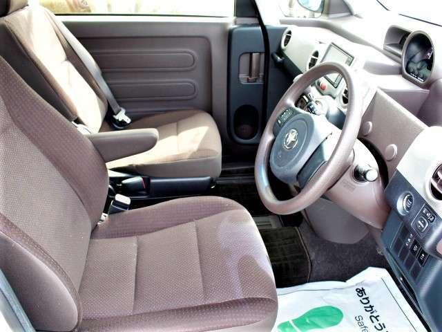 ★運転席はひじ掛けとシートヒーターを装備しております。