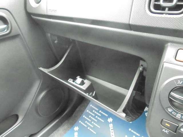 [グローブボックス]車検証を入れて、他に小物を入れても取り出しやすいですよ☆