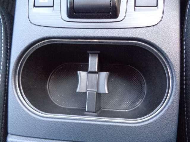 車内に持ち込んだ小物やドリンクがきちんと片付く収納も充実。いつでもきれいな車内を保てます。