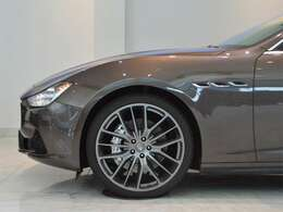 スポーツPKG装着車。21インチチターノホイールに、キャリパーはあえて目立たないアルジェントを選択。