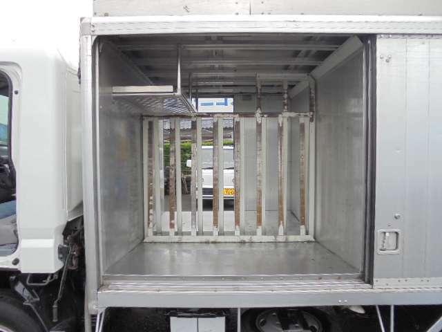 荷箱前後左右全4部屋あります。 1部屋のサイズ 長さ136×幅86×高さ124cmです。