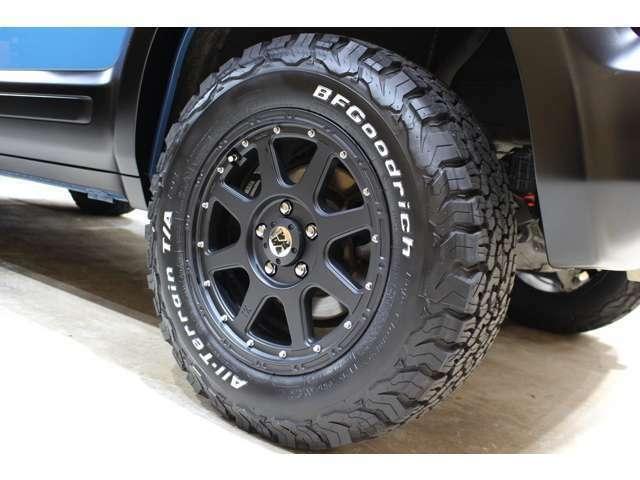 タイヤはBFグッドリッチ・オールテレーン T/AKO2を新品でお取付けしております。追加でスタッドレスタイヤもご用意できますのでお気軽にご相談下さい!