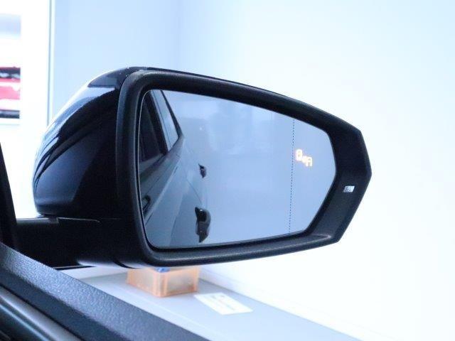 ブラインドスポットディテクション【後方検知機能】は15kmh以上で作動し、ドライバーの死角となる後方側面に車両を検知した時、内蔵された警告灯が点灯点滅し注意を促してくれます。