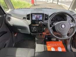 運転席回りは使いやすい工夫がされており小物入れもたくさんあります。