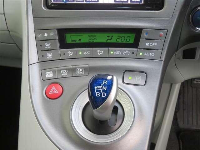 便利なオートエアコン! 車内の空気を設定した温度に保ってくれます。