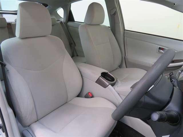 助手席には電動のリフトアップシートを採用。乗り降りを補助してくれます。