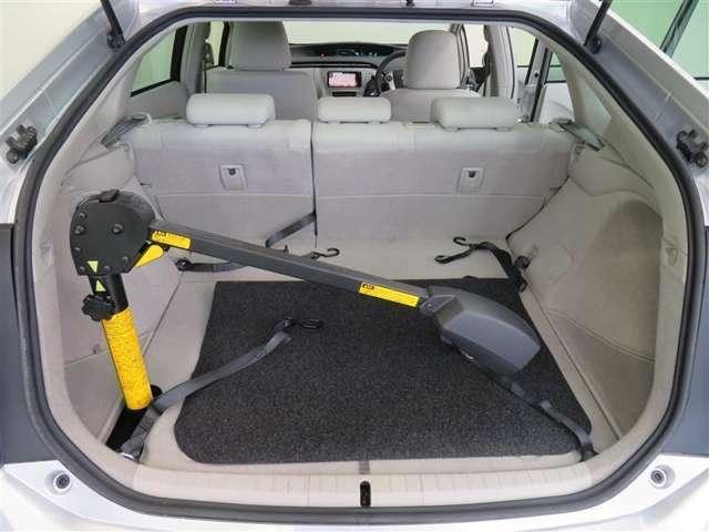 車いす格納用のアームをトランクルームに搭載しています。