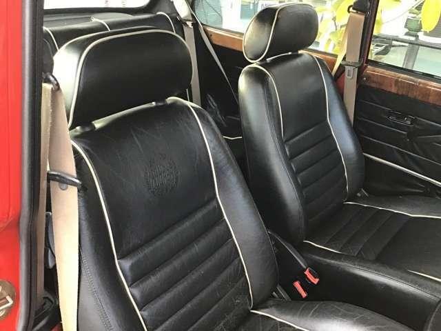 クーパーの内装は、ブラック本革仕様で内張り、カーペットまでブラックで統一され高級感があります。内装の一部分にはベージュのパイピングでアクセントが入り、より内装の良さを引き立てています。