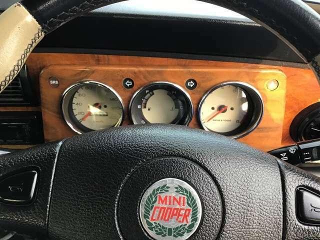運転席には、エアバックが標準装備されています。こちらの装備は、97年式からになります。