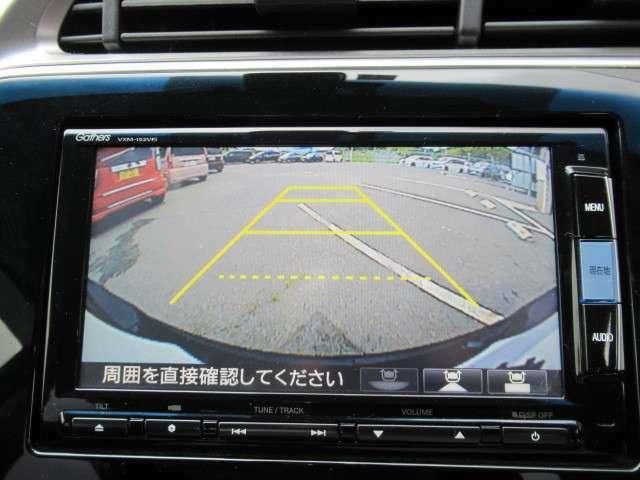 バックモニター装備。画面にて後方の確認が行えるので、バック駐車や車庫入れの際には重宝します。車の運転に慣れない方でも安心のガイドライン表示機能付。