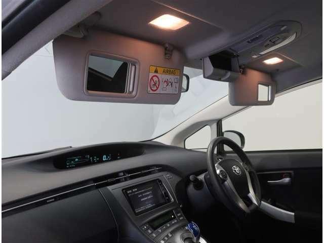 サンバイザーに鏡がついていると便利です♪照明もついているので夜間でも使えます♪