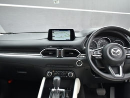 ドライバーが視線をあまり動かさずに運転に集中できるダッシュボード廻りになっています。その為ナビもビルトインではなく少し上に取り付けられています。