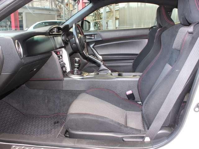 助手席もきれいです。ホールド性の高いシートで助手席の方も安心です!