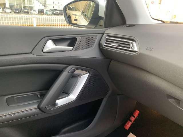 レーンディパーチャー付きです。 自動車が走行中に車線を逸脱することを防ぐ機能です。