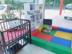 キッズルーム♪絵本やぬいぐるみなどお子様が楽しく過ごせる空間を設置しました。元気な笑い声が溢れる店内です☆