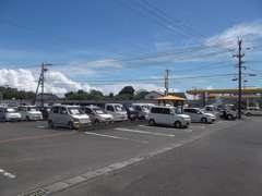駐車場も広々!大きなお車でも安心!