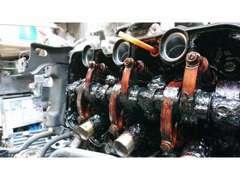 オイル交換をサボったエンジンはこんなに汚れてエンジンの寿命が尽きた画像です!こうなる前に定期的なオイル交換を!