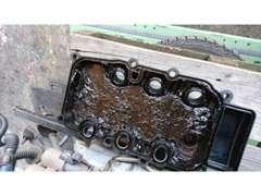 オイル効果をサボった結果、ヘッドカバーの裏側もこんなに汚れています!