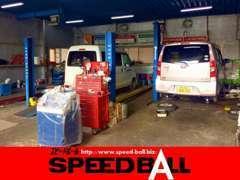 【整備工場】店舗敷地内に中国運輸局認証の工場も併設いたしております。メンテナンスから修理までお任せください。