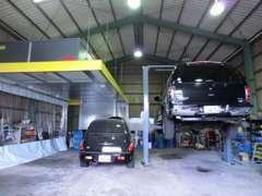 ●当社自慢の整備工場●大型リフトに、~26インチ対応のタイヤチェンジャー、イオンシャワーブースも完備!!とことん整備します!!