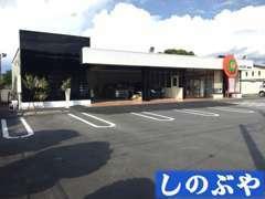 ☆お客様が入りやすい店舗外観と駐車スペースです!