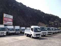 総合中古車展示場ではパネルバンやトラックを中心に展示中です。