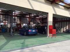 自社工場にて、整備・板金・車検などすべて対応できます。四輪アライメントテスターも工場内に完備しております。