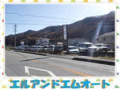 佐久方面から内山峠へ向かって頂き右側に当店はございます。