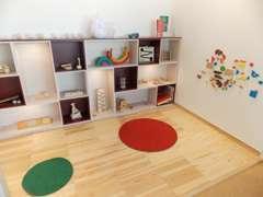自然素材である杉材やコルクを床に用い、おもちゃ美術館選定の木製のおもちゃで遊べる「キッズルーム」です。