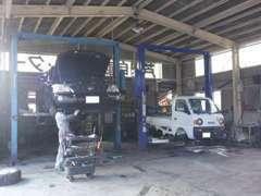 ピット内。当社の車はこの自社工場で点検・整備済みの車です!