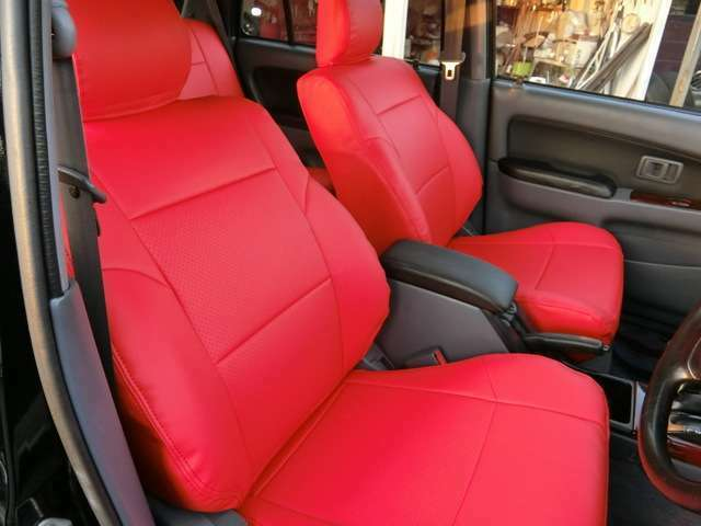 新品オーダーレッドシートカバー装着しました。◆展示車中の車両はもちろんキレイにしてありますが、納車の際にはより一層磨きをかけて納車いたしますので、楽しみにお待ちいただければと思います。