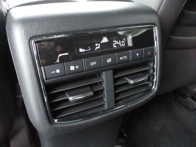 リヤシート用のエアコンもありますので後席も快適に過ごせますよ!