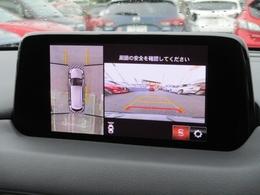 車両の前後左右に備えた計4つのカメラを活用し、車両を上方から俯瞰したようなトップビューのほか、フロントビュー、リヤビュー、左右サイドビューの映像をセンターディスプレイに表示。