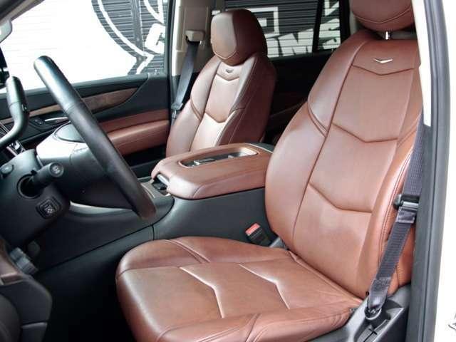 ディーラー車では無い設定の コナブラウンの上品な本革シート ヒーター付きの本革巻きスステアアリング  操作性の良いスイッチ類と やはりキャデラックならではの高級感も増しています