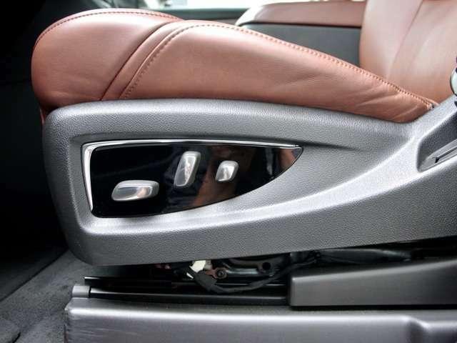 高級感のあるコナブラウンの本革シート は可動域が広く シートヒーターとシートベンチレーション装備 。