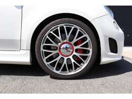 タイヤはスタンダードよりワンサイズ太く大径になる205/40ZR17を装着!