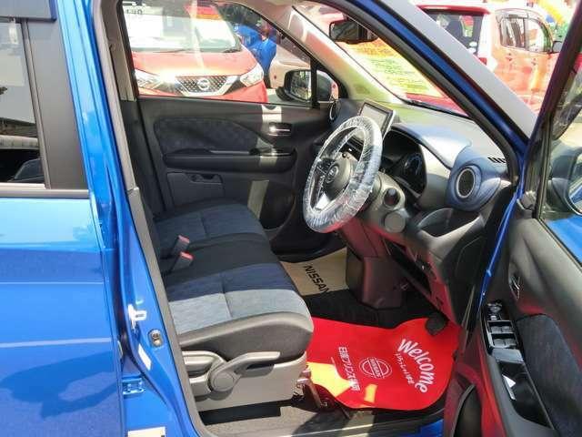 前席です。センターコンソールが無いので車内での左右移動が出来るので便利です。