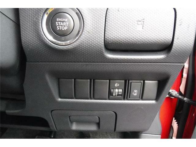 エンジンスタートボタン下にパワースライドドアスイッチです。