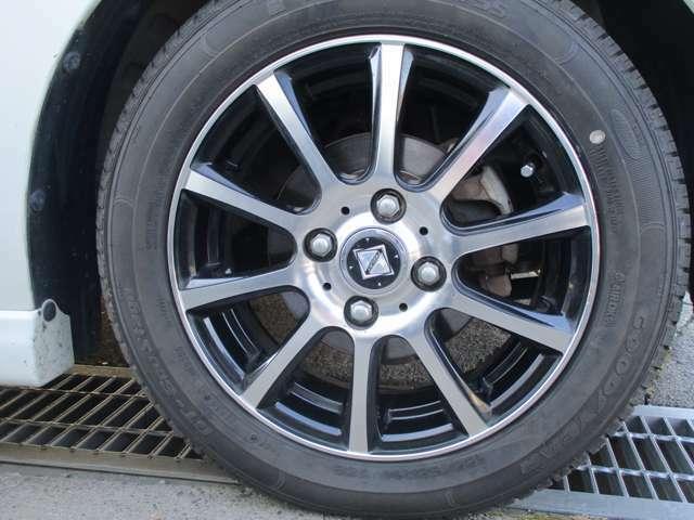 社外品の14インチアルミ付きです。タイヤは2019年製造の物でタイヤの山は8分山くらい残っております。