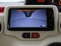 前方左右の映像を映し出すブラインドコーナーモニターとバックモニターが装備されています。