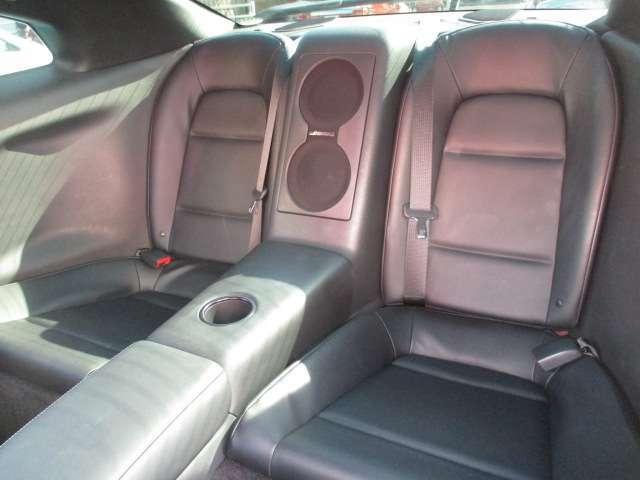 大人4名での乗車も上質かつ快適です!GT-Rですがリアシートにも2名乗車できますよ!