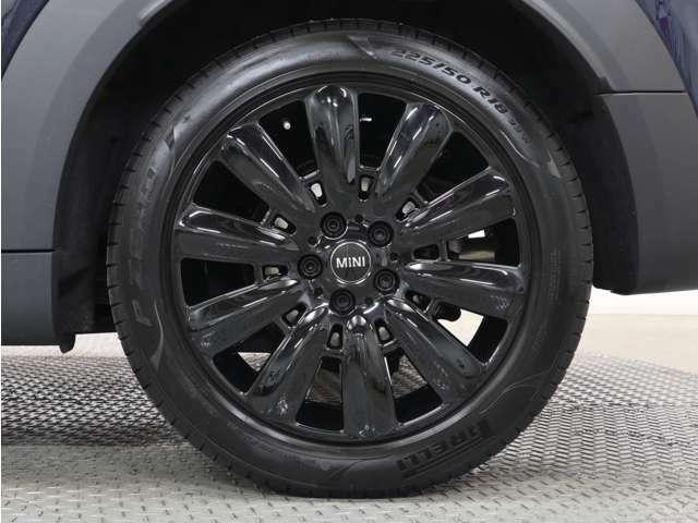 18インチのブラックホイールが、このお車を魅力的に演出してくれます☆