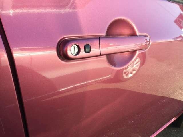 スマートキーを鞄やポケットに入れたままでも、ボタンワンタッチでドアロックの施錠ができます♪