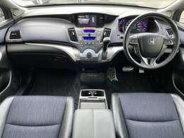 アブソルートになりますのでハーフレザーシートに専用のブラックインテリアで高級感◎な車両でございます♪