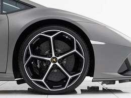 Sportivoバイカラーアルカンターラシート(533,000円)、20インチ鍛造ダイヤモンドカットアルミホイール(370,000円)、カラードキャリパー(Nero/148,000円)、スタイルパッケージ(222,000円)