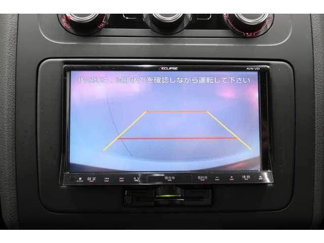 シフトレバーをリバースに入れると後方の映像を映します。車庫入れや縦列駐車などの際に安全確認をサポートします。