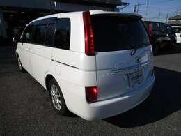アイシスの左リヤビュー UV&プライバシーガラスで、車内の紫外線&プライバシーをシャットアウト